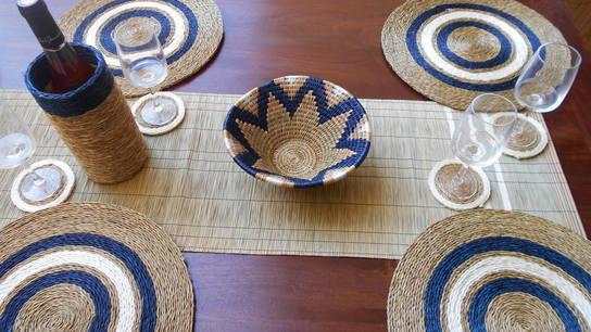 table décorée avec des sets et chemin de table en fibre naturelle