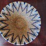 panière ronde en fibre naturelle avec motif