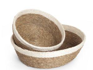 Panière ronde en fibre naturelle couleur tabac avec une bordure blanche