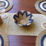 table décorée avec des sets et un chemin de table, une panière et porte-bouteille