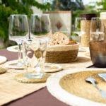 table décorée avec des sets de table faits main, verres et chemin de table