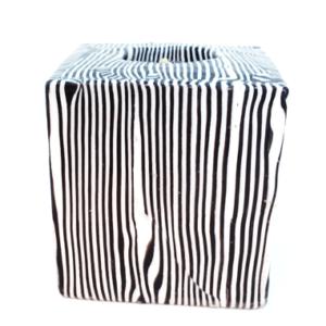 bougie cube avec des rayures fines blanches et noires