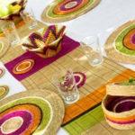 table décorée avec un chemin de table et des sets
