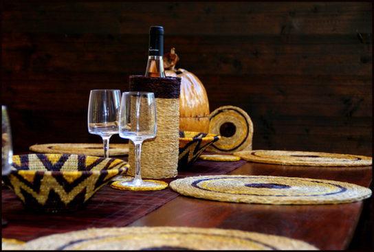 Table décorée avec des sets de table et une panière au design ethnique