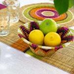 Table décorée avec une panière tressée main