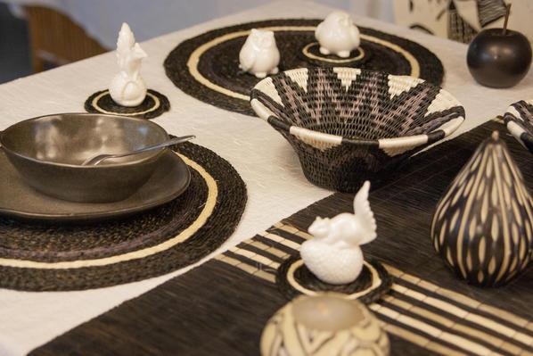 table décorée avec une panière lavumisa mono des sets de table