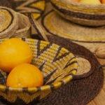 Table décorée avec une panière design ethnique