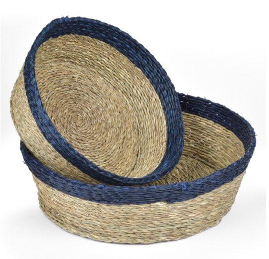 panière ronde en fibre naturelle couleur tabac avec une bordure indigo