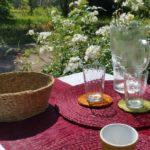 Décoraton de table en exterieur avec set et chemin de table, panière et verres