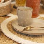 Table décorée avec des sets de table fait main, tasse et sous tasse
