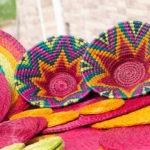 Table décorée avec deux panière lavumisa design ethnique faites main