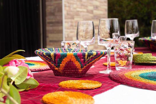 table décorée avec une panière lavumisa rainbow tissée main
