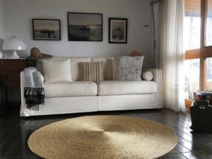 pièce décorée avec un tapis rond fait main
