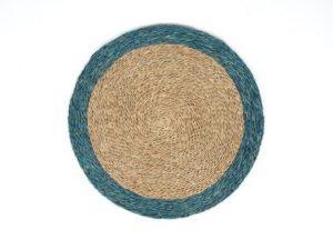 Set de table rond en fibre naturelle tressée couleur tabac avec une bordure turquoise