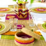 table décorée avec un chemin et des sets de table