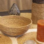 décoration de table avec une panière en fibre naturelle, sets de table et bougies
