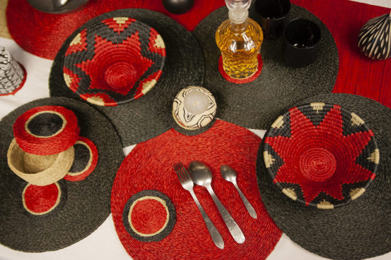 table décorée avec des sets et des panières faites à la main