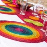 table décorée avec des sets de table verres et dessous de verre