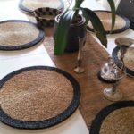 table décorée avec des sets de table ronds faits main