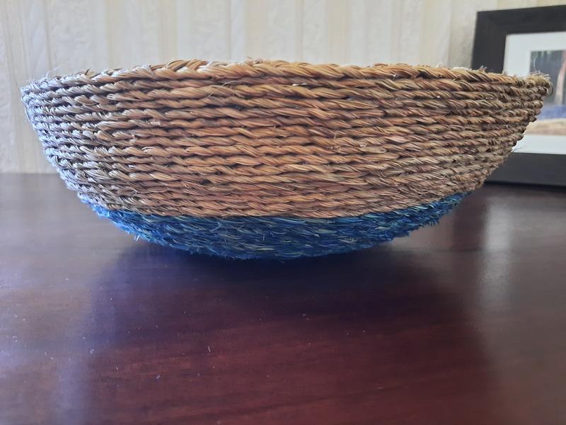 Panière ronde en fibre naturelle sur une table