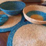Panières braided faites main sur une table